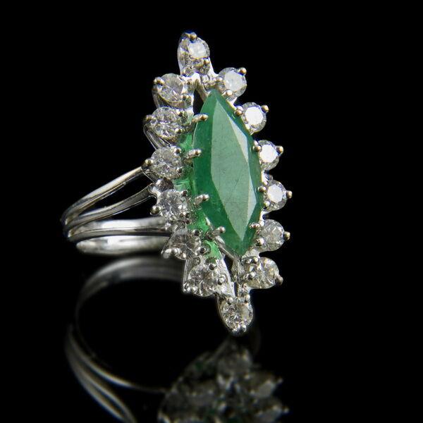 Navett fazonú smaragd gyűrű gyémánt kövekkel