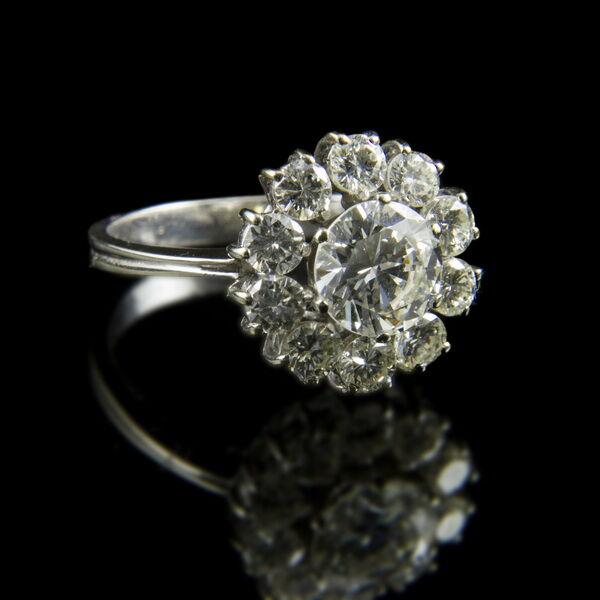Rozetta fazonú fehérarany gyémánt gyűrű
