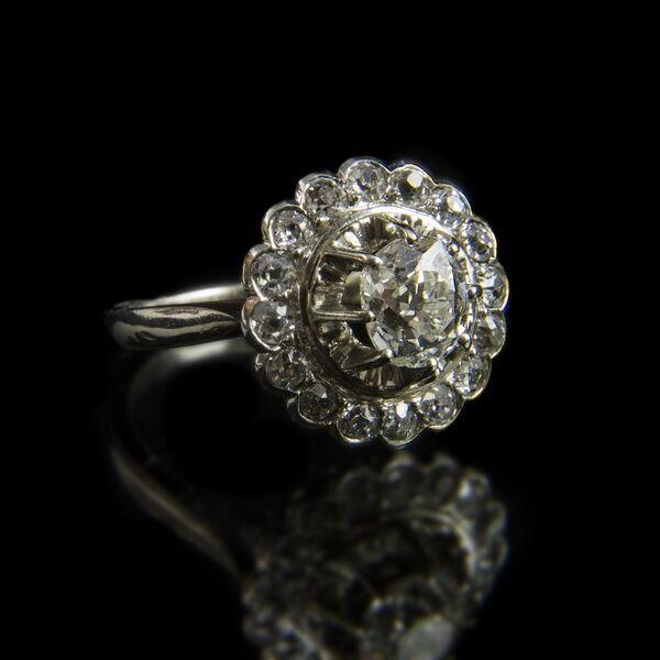 Rozetta fazonú gyémánt köves platina gyűrű
