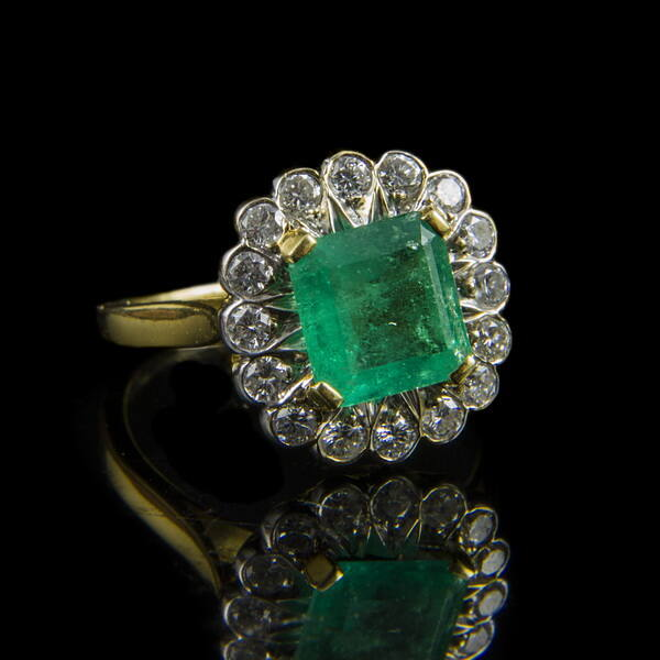 Rozetta fazonú smaragd gyűrű gyémántokkal