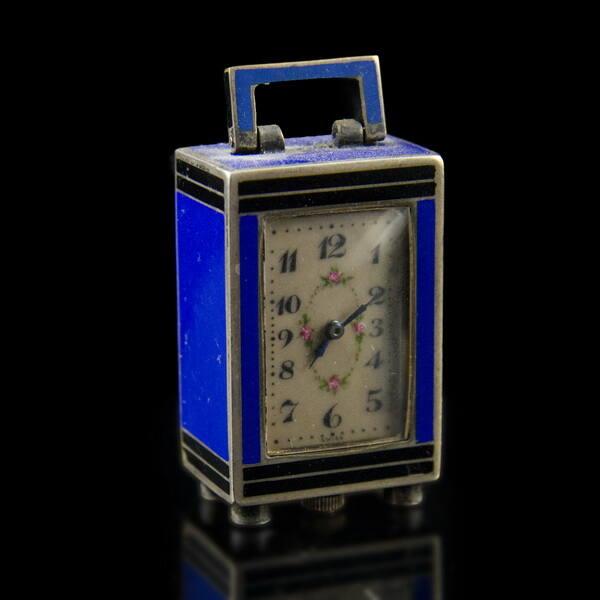 Ezüst tokos mini utazóóra kék és fekete zománc díszítéssel