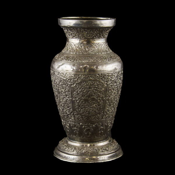 Burmai ezüst talpas váza 278 gr