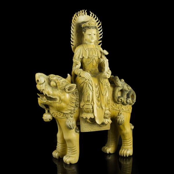 Faragott elefántcsont Kuan Yin figura Foo Kutya hátán