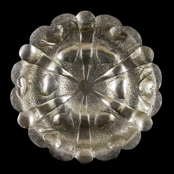 Három lábú ezüst kínálótál szív mintázattal