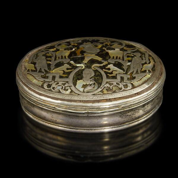 Ezüst ovális forma szelence teknőcpáncél gyöngyház intarziával