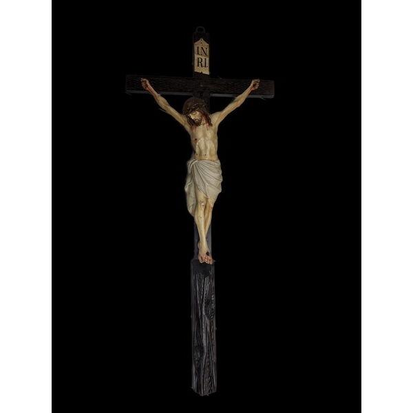 Faragott fa feszület a Keresztrefeszített Jézus alakjával
