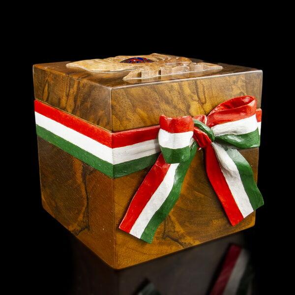 Magyar nemzeti szalagos kortárs diógyökér díszdoboz