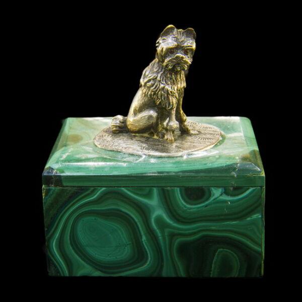 Malachit dobozka ezüst kutya figurával