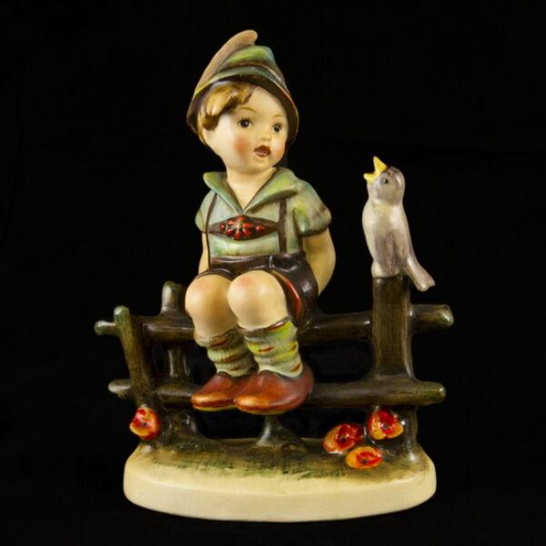 Hummel kerámia figura: Kerítésen ülő kisfiú (Wayside Harmony)