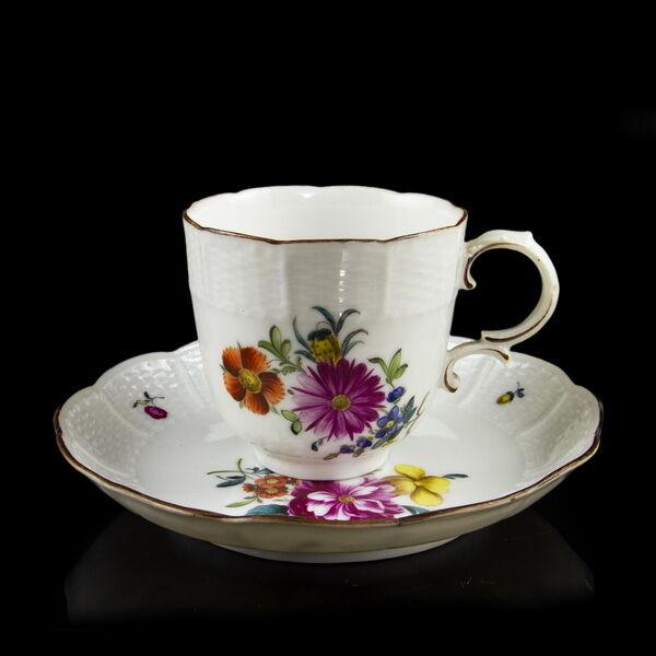 Kávéscsésze és alj festett virágmintával