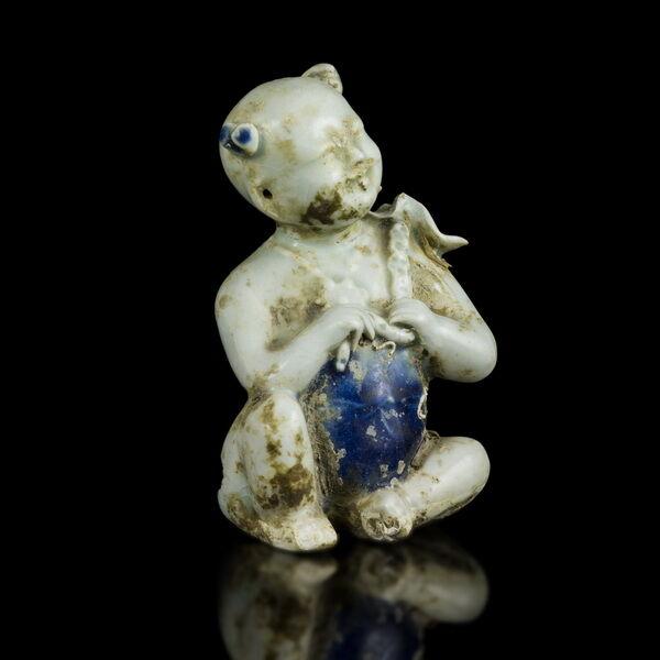 Kínai mázas porcelán figura kezében lótuszvirággal